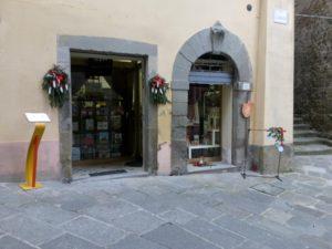 La vetrina della libreria in vendita nei pressi di Arezzo