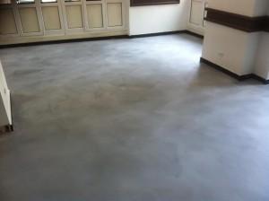 Il microcemento è steso sul pavimento, che ha cominciato a cambiare aspetto...