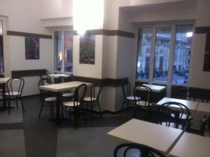 Anche i tavoli sono cambiati, e il locale è davvero ringiovanito e pronto all'inaugurazione!