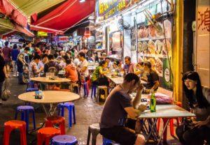 Una strada di Hong Kong, molto trafficata, ma per aprire locali ci sono specifiche normative.