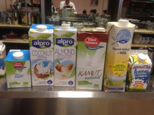 I latti di riso, kamut, cocco e mandorla usati per il nostro test sul cappuccino...