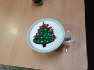 Un cappuccino con Albero di Natale con tecnica art bar