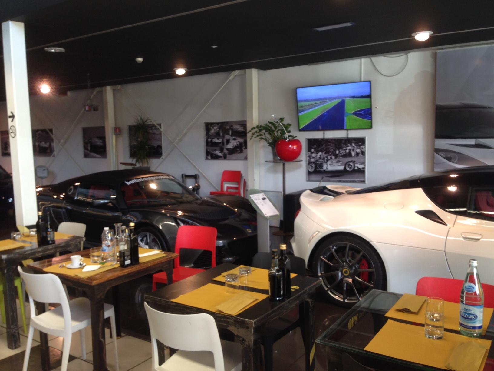 Aprire un bar ristorante dentro una concessionaria di auto for Arredamento per garage