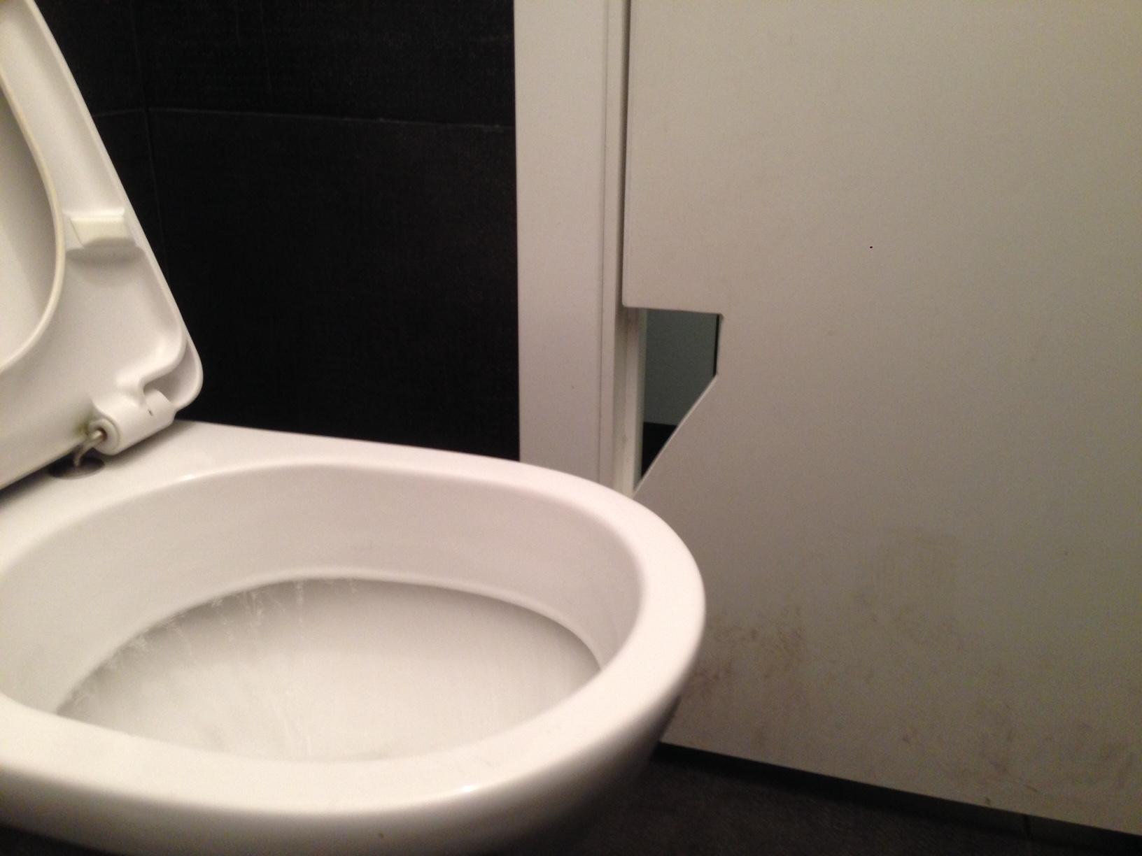 Idee per il bagno di un bar troppo stretto aprire un bar - Mi bagno troppo ...