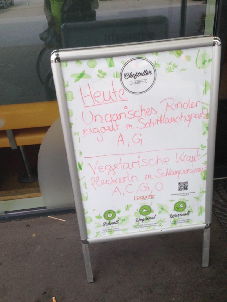 Questo bar in Austria indica i piatti del giorno con le lettere relative agli allergeni...