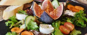 Proporre le insalate a pranzo nella vetrina del bar