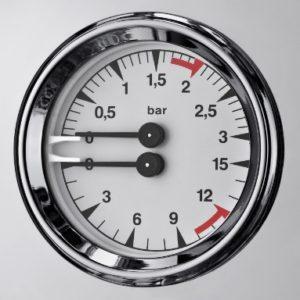 Settare la pressione sulla macchina da caffè espresso.
