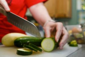 Tagliarsi, uno dei più classici rischi per cuochi e operatori di locali.