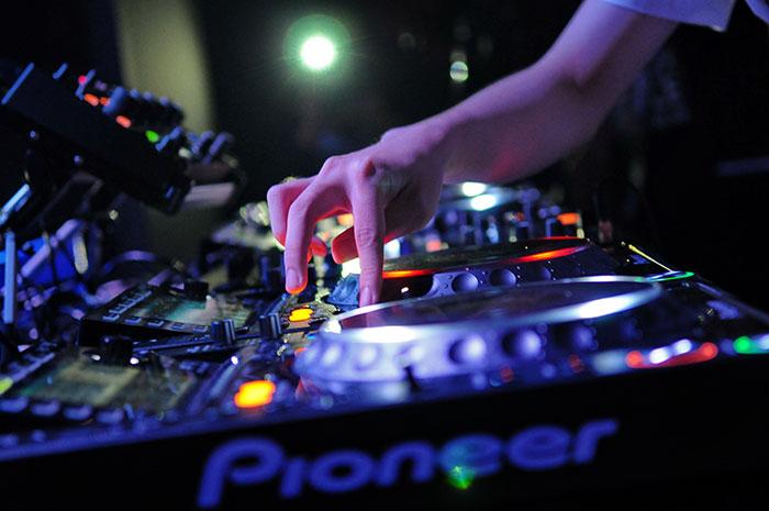 COME ORGANIZZARE L'APERITIVO AL BAR CON IL DJ