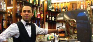 """Un barista delle """"Giubbe Rosse"""" uno storico locale di Firenze."""
