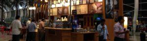 Una caffetteria nell'aeroporto di Mumbai, in India