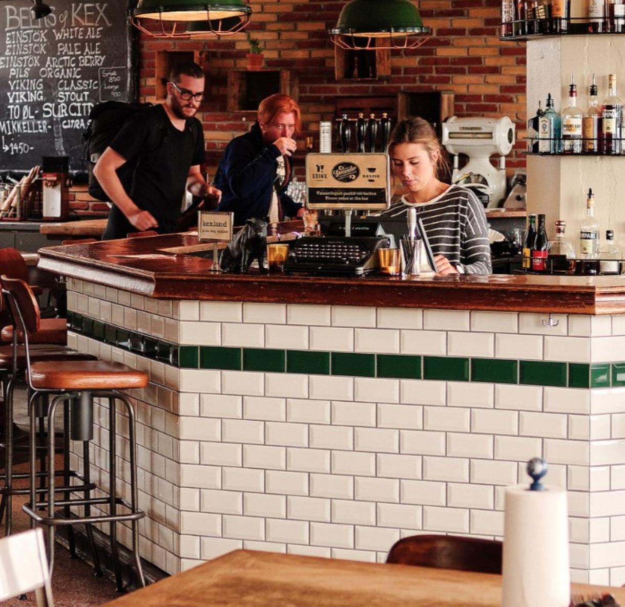 Bar Arredati Con Pallet come decorare un bar con 14 (e molte di più) idee fai da te