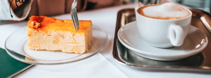 """Cappuccino e pasticceria rimangono la più tipica """"merenda"""" austriaca. Questo ha radici antichissime, e torte come la sacher sono ormai leggenda in tutto il mondo."""