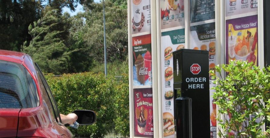 Nei Drive thru di Mc Drive i menù sono messi in bella vista prima di arrivare ad ordinare (qui con una colonnina audio)