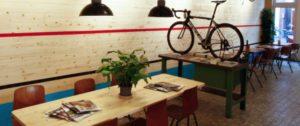 Chi dice che una bella bici, anche d'epoca, non possa dare fascino e abbellire un bar?