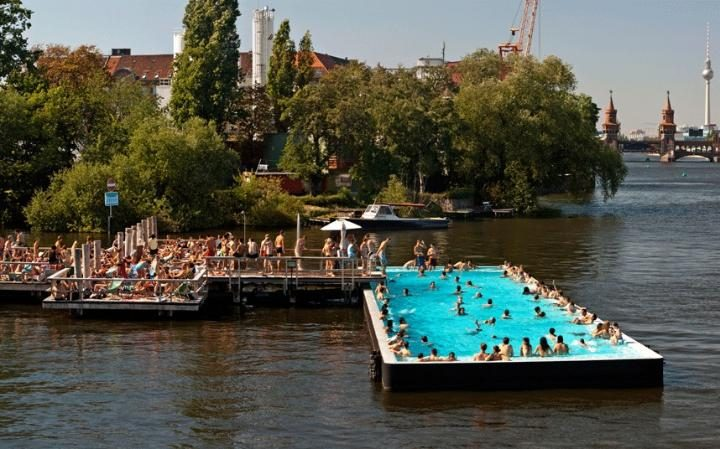 La piscina pubblica sul fiume Sprea, a Berlino