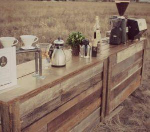 Un banco bar di tavole di legno, davvero di campagna!