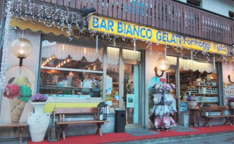 Un bar bianco a Belluno, e qui la grappa non può mancare!