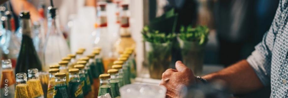 Lo stipendio di un barman durante la stagione estiva può essere più alto, se è in grado di attrarre clientela con abilità e carisma...