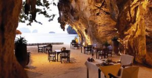 La caverna bar del Rayavadee Resort in Thailandia