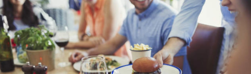 Fare il cameriere vuol dire più che porgere piatti, vediamo come fare il cameriere senza esperienza e con stile...