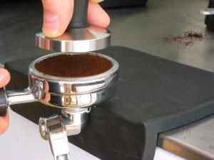 Una corretta operazione di pressatura del caffè, forte e livellata...