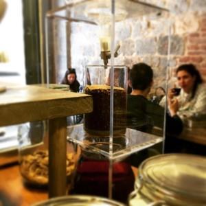Un cold brew, un caffè estratto a freddo, al filter coffee.
