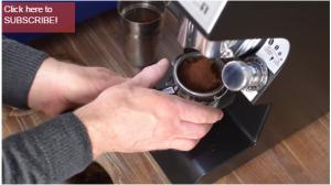 Un frame del video sulla corretta pressatura del caffè