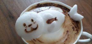 Una foca in tazza, con un cappuccino 3 dimensioni