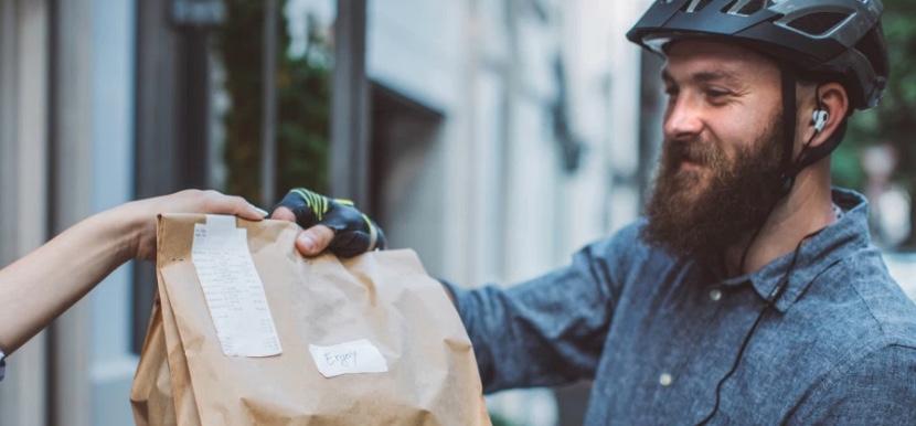 Organizzare il food delivery per una pizzeria o un locale vuol dire anche pensare a veicolo, contenitore e conducente come immagine, brand del locale.
