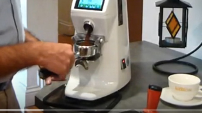 Nella seconda fase, maciniamo il caffè, preferibilmente sul momento con un macina caffè on demand.