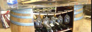 Idee per un wine bar? Guardate come presentano qui vino e bicchieri..
