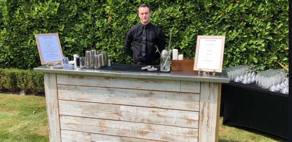 Un bancone da bar all'esterno, anche se piccolo, può essere un forte valore aggiunto per un locale