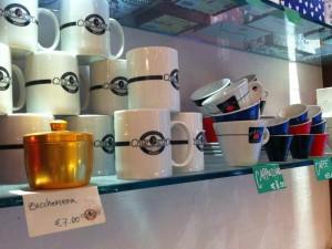 Tazze e mugs in vendita in un bar