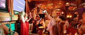 Fra le idee per attirare clienti in un bar, il karaoke rimane un must!