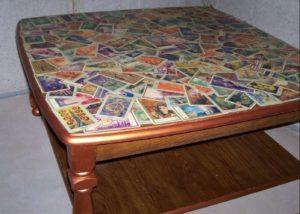 Idea 7: un vecchio tavolo della nonna, una lastra di vetro e tante cartoline, o banconote straniere, o...