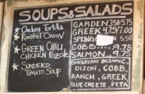 Lavagna con le insalate del giorno in un ristorante americano...