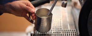 Qual'è la lattiera giusta per fare il cappuccino? Un beccuccio aiuta...