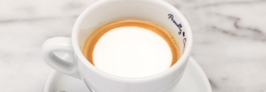 Vediamo come preparare un classico espresso macchiato, un caffè con una macchia di latte montato.
