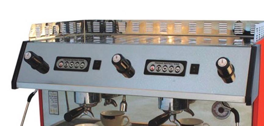 In una macchina da caffè da bar automatica i vari pulsanti permettono di scegliere la quantità di acqua usata per l'estrazione.