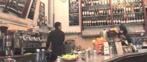 Macchina da caffè sul retrobanco: banco più spazioso, ma si lavora spalle al cliente.