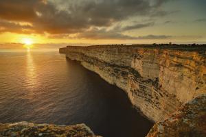 Le scogliere di Gozo, dove Davide ha aperto il suo locale, nell'arcipelago di Malta.