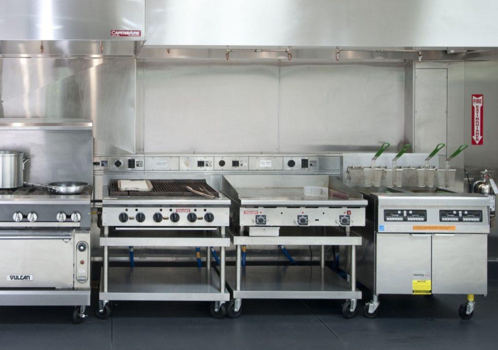 Molte normative per l'apertura locali in Lombardia e altre regioni ha per tema la cucina, zona di preparazione e quindi a maggior rischio di contaminazione.