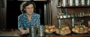 Un locale che vende panini nell'Inghilterra del 1953 (dal sito del Nationalgeographic)