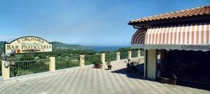 La bellissima vista dalla pasticceria all'Isola d'Elba.