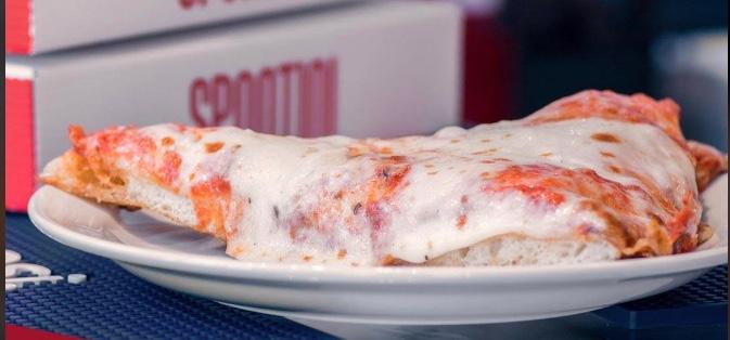 Spontini è la leggendaria pizza al taglio di Milano, con la sua ricetta alta e soffice, si è ormai trasformata in catena notissima...