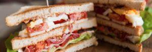 Fra le idee per rilanciare la pausa pranzo in un bar il club sandwiches è sempre un grande classico!