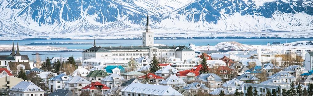 Il bellissimo porto innevato e le montagne intorno sono il benvenuto a Reykjavík per chi vuole aprire un locale in Islanda