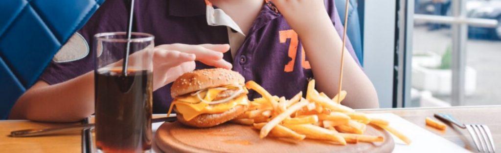 Hamburger e patatine sono fra i must per chi cerca idee per menù da family restaurant, ma si può fare anche molto altro...