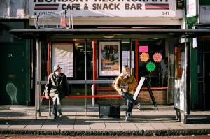 Un bar alla fermata di un bus londinese.